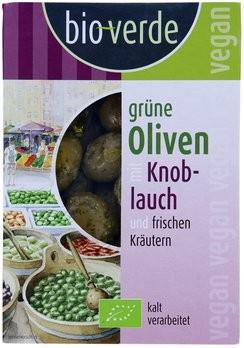 Grüne Oliven mit Knoblauch mariniert mit frischen Kräutern